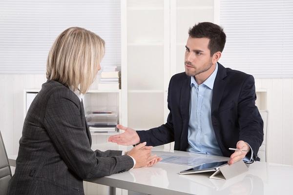 Argumente und Gegenargumente: Geschftsleute in einem Meeting
